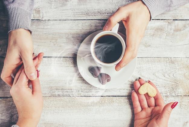 Café chaud dans les mains d'un être cher.