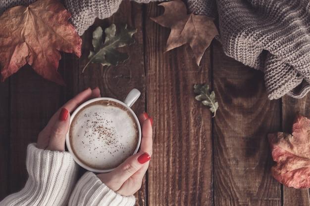 Café chaud et feuilles d'automne