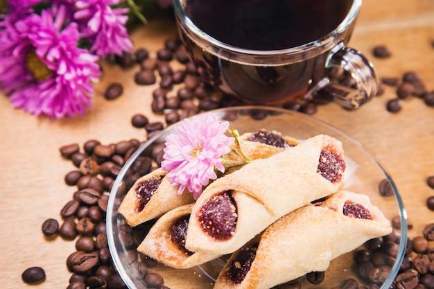 Café chaud avec des fleurs