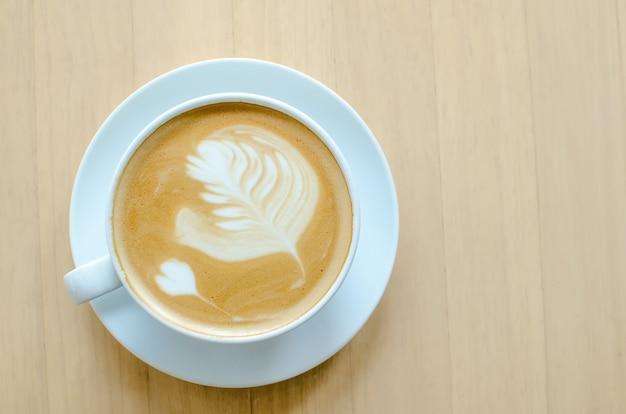 Café chaud sur une table en bois dans un café