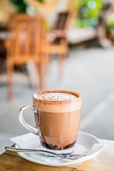 Café chaud sur la table dans le café