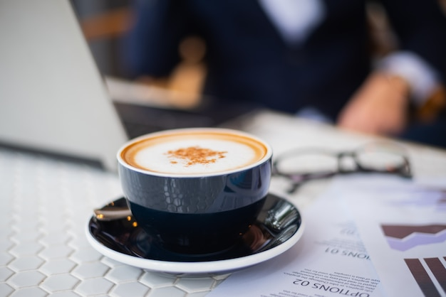 Café chaud sur la table de travail