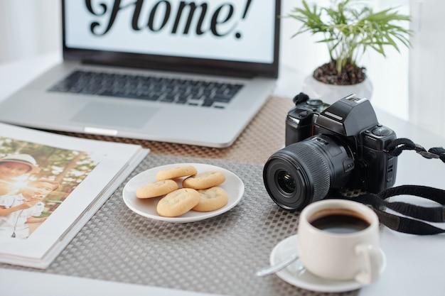 Café et collations sur table de photographe indépendant