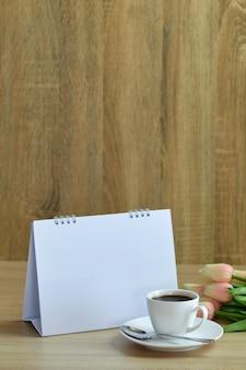 Café concept vacances et calendrier vide
