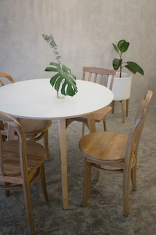 Café confortable avec meubles en bois