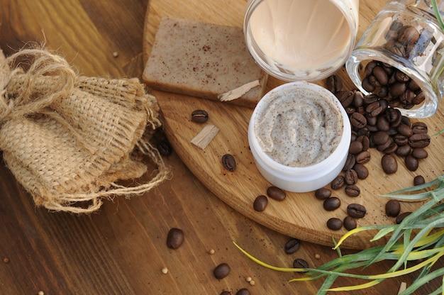 Café contenant des cosmétiques ser - savon, crème et gommage