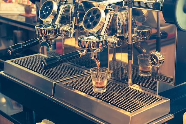 Café coulant de la machine à café. café professionnel.