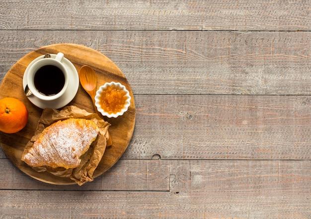Café et croissant pour le petit déjeuner, vue de dessus
