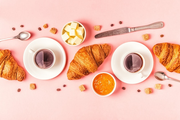 Café et croissants au pastel, vue de dessus.
