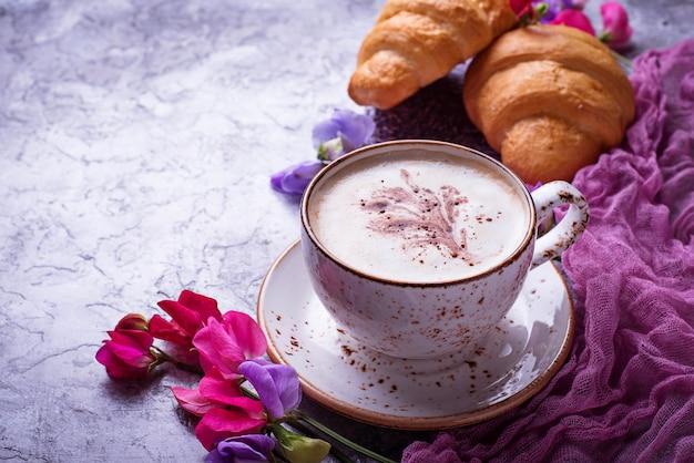 Café, croissants et fleurs.