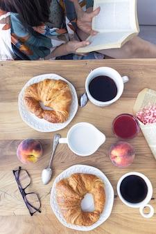 Café croissants et fruits frais pour le petit déjeuner
