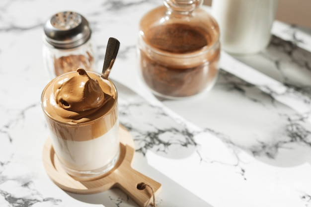 Café dalgon au soleil sur un fond de marbre