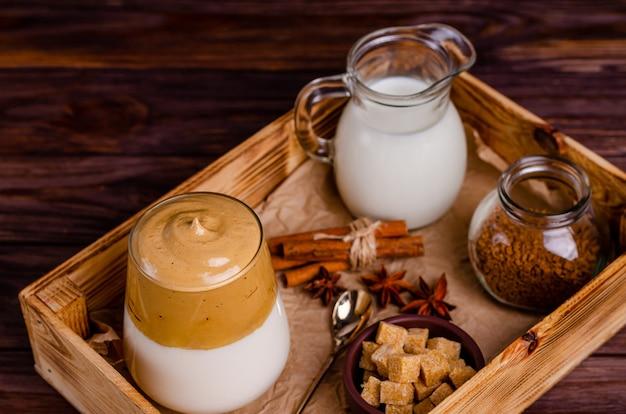 Café dalgon avec des ingrédients pour sa préparation dans une boîte sur un fond en bois. copiez l'espace, plat, espace pour le texte. fermer.
