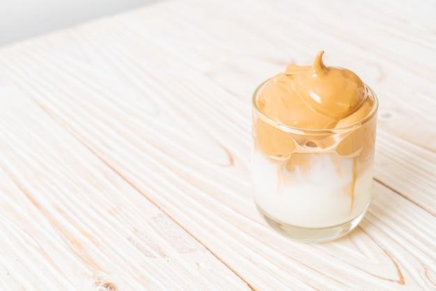 Café dalgona. boisson tendance fouettée crémeuse et moelleuse glacée avec mousse de café et lait.