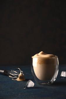 Café dalgona à la maison belle boisson servant dans un café.