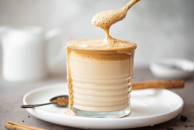 Café dalgona mélangé avec une cuillère