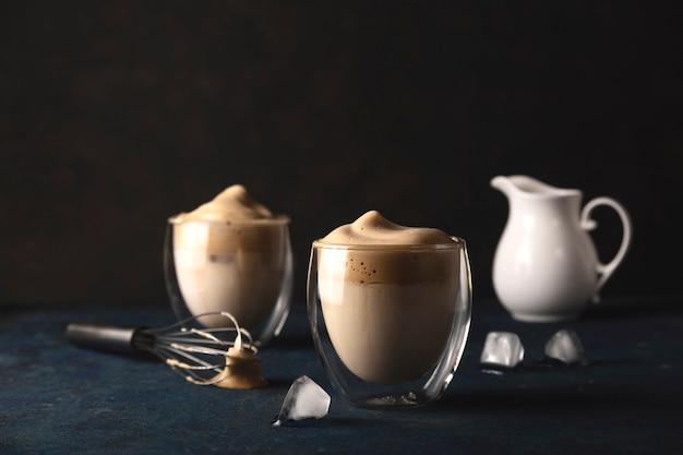 Café dalgona sur un tableau noir