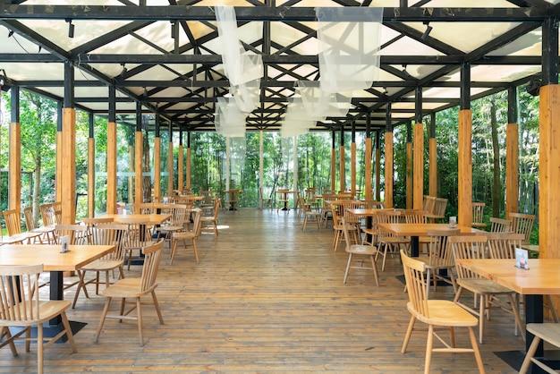 Le Café Dans Les Bois Photo Premium