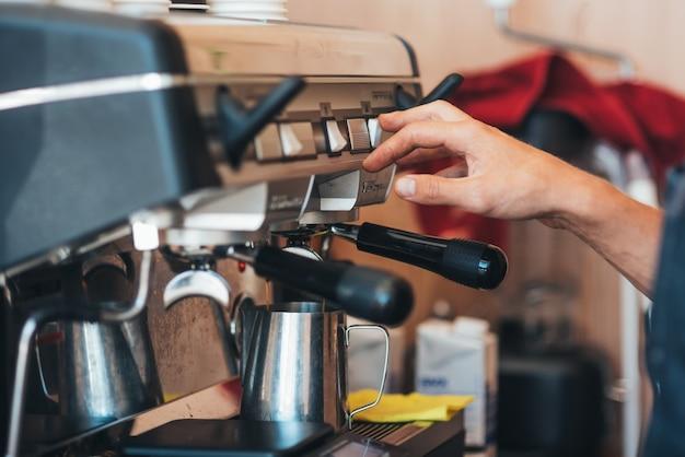 Café dans un gobelet jetable avec une machine à café