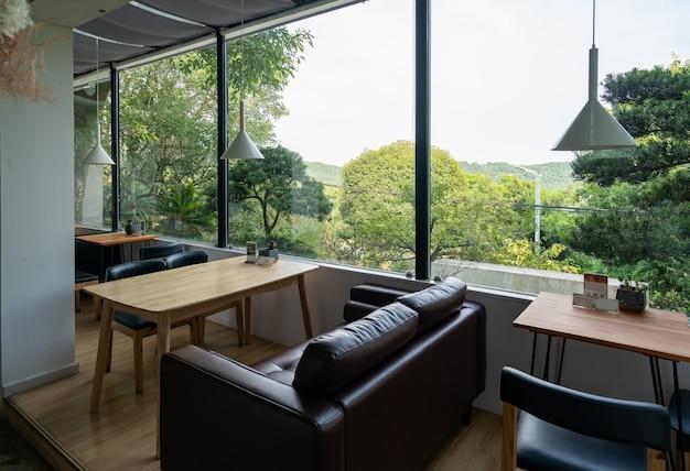 Le café dans le jardin se trouve dans l'hôtel de villégiature