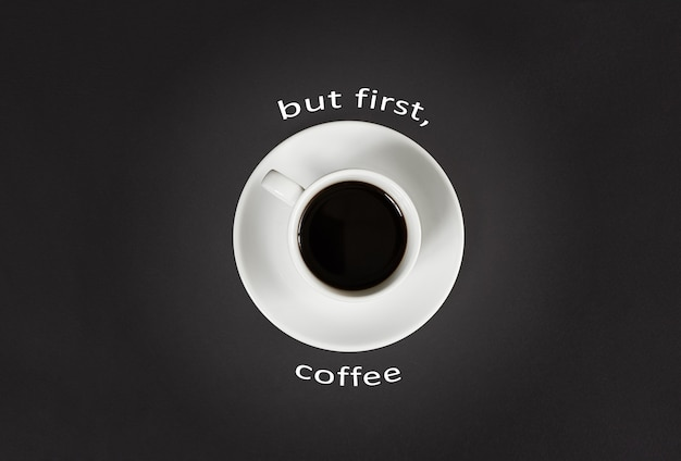 Café dans une tasse blanche avec un lettrage mais premier café sur fond d'ardoise noire