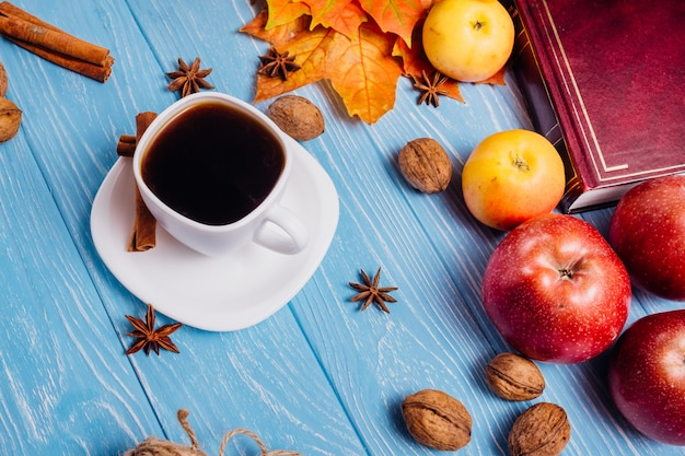 Café dans une tasse blanche et une soucoupe sur une table bleue