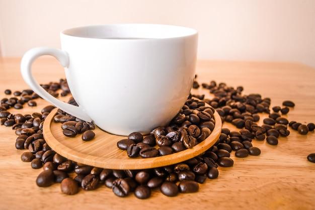 Café dans une tasse blanche sur une table en bois dans un café