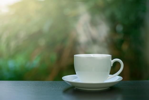 Café dans une tasse blanche sur la table