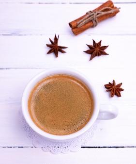 Café dans une tasse en céramique blanche