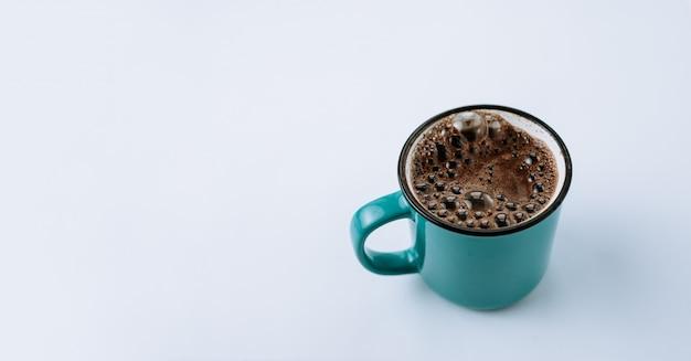 Café dans une tasse en émail bleu
