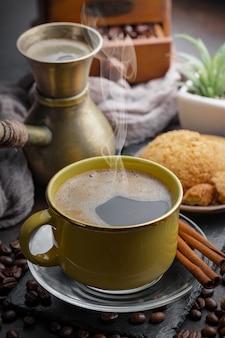 Café dans une tasse de grains de café.