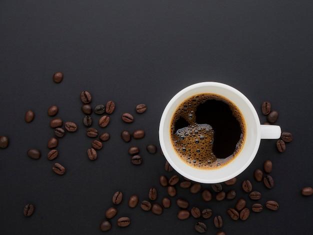 Café dans une tasse sur un de grains de café ,.