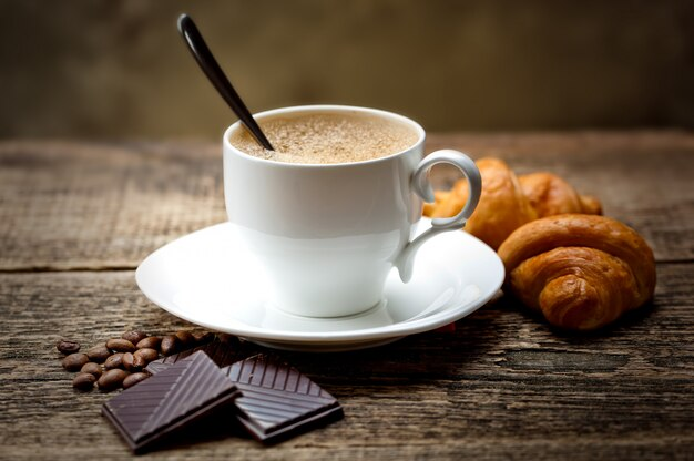 Café dans une tasse sur un vieux fond