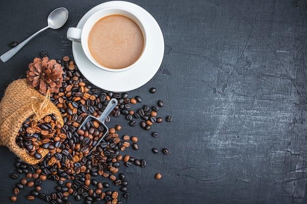 Café dans des tasses à café et grains de café torréfiés
