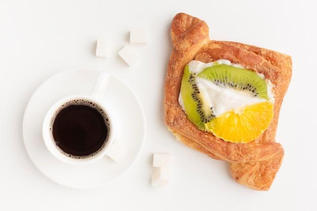 Café et délicieux bagel à plat