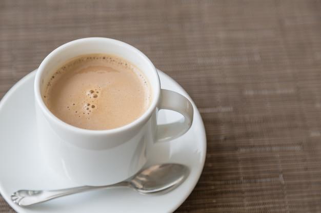 Café délicieux dans une tasse blanche