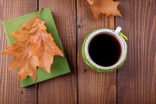 Café délicieux et un livre. le concept de l'automne, nature morte, détente, étude