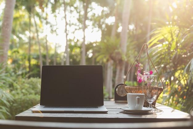 Café du matin détente et travail sur ordinateur portable
