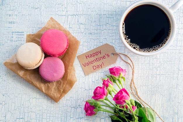 Café du matin, fleurs et macarons