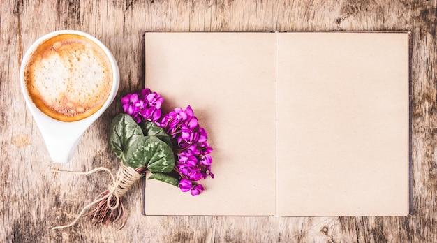Café du matin et livre.