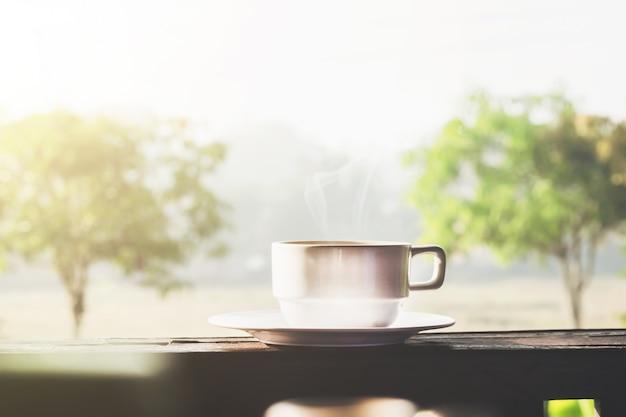 Café du matin avec lumière du soleil.