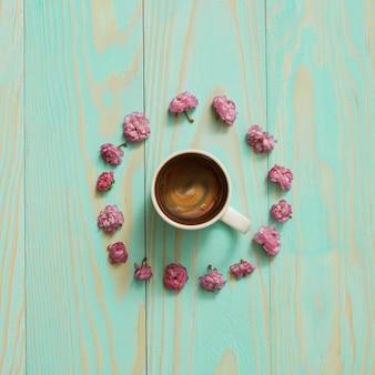 Café du matin plat créatif en forme de fleur.