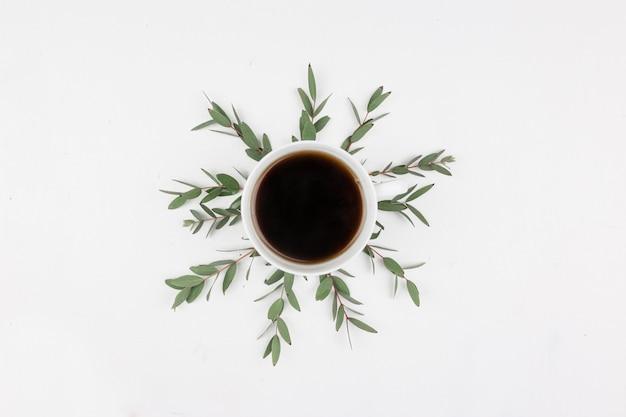Café du matin plat créatif avec des verts. mise à plat. vue de dessus