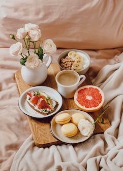 Café du matin sur plateau avec sandwich et pamplemousse
