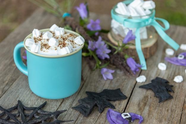 Café du matin avec des tranches de guimauve. le jour de l'halloween.