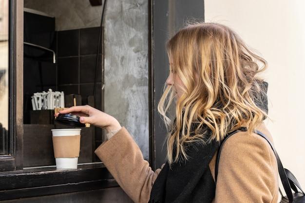 Café à emporter au magasin de café. gros plan, femme, prendre, tasse papier, de, café chaud