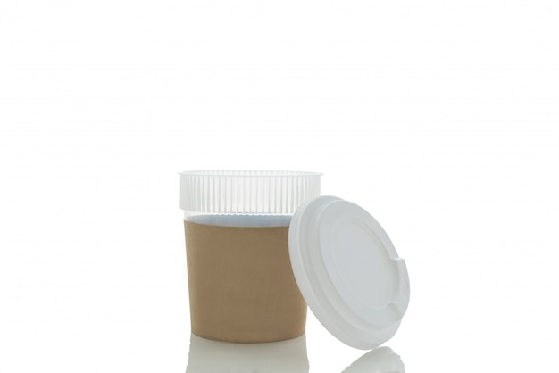Café à emporter dans une tasse thermo. isolé