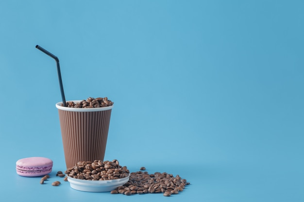 Un café à emporter et un macaron