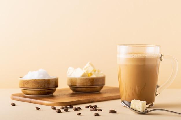 Café à l'épreuve des balles, mélangé avec du beurre biologique et de l'huile de noix de coco mct, paléo, céto, petit-déjeuner cétogène.