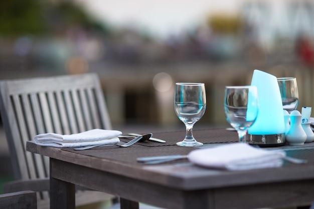 Café d'été vide en plein air sur une île exotique
